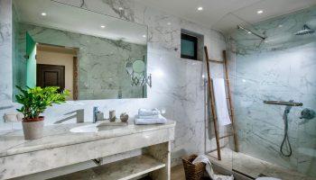 deluxe3-bathroom